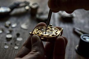 Démontage complet du mécanisme d'une montre à gousset pour révision et restauration