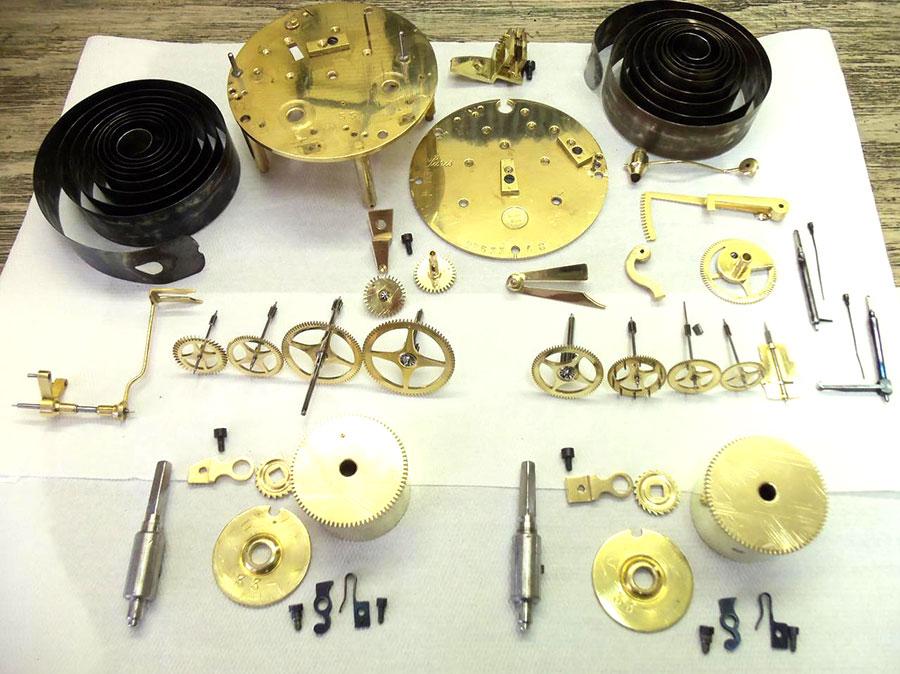 Mécanisme d'une horloge démonté pour nettoyage, révision et restauration